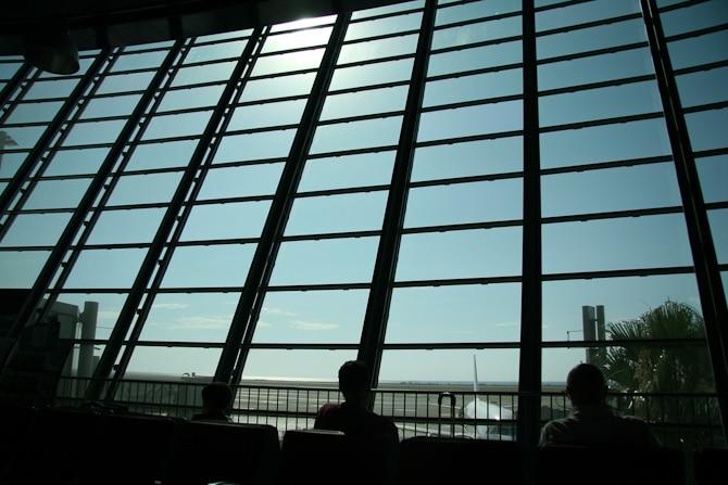 Utsikt innefrån terminalen på Nice flygplats.